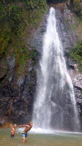 P1040399-Sevi und Gabri im Wasserfall-klein