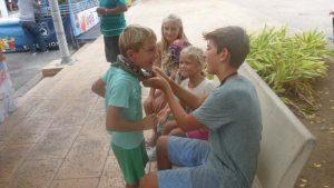 P1200058-kids mit Schlange-klein
