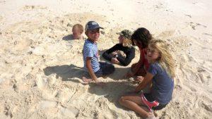 P1060088-kids am Strand-klein